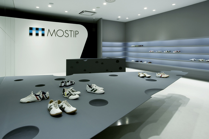mostip shoe shop by eastern design office shiga japan retail design blog. Black Bedroom Furniture Sets. Home Design Ideas