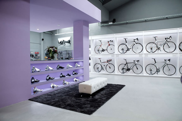 Pave bicycle shop by Joan