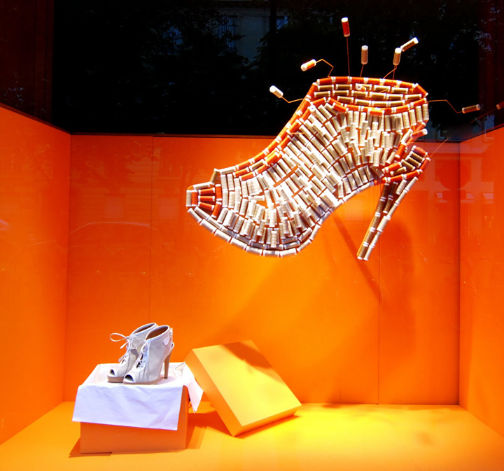 At Hermès, the reels have become shoes, hats, ties, bracelets and bags.  And, the colorful decor is perfect to expose this amazing work. 442833846c2