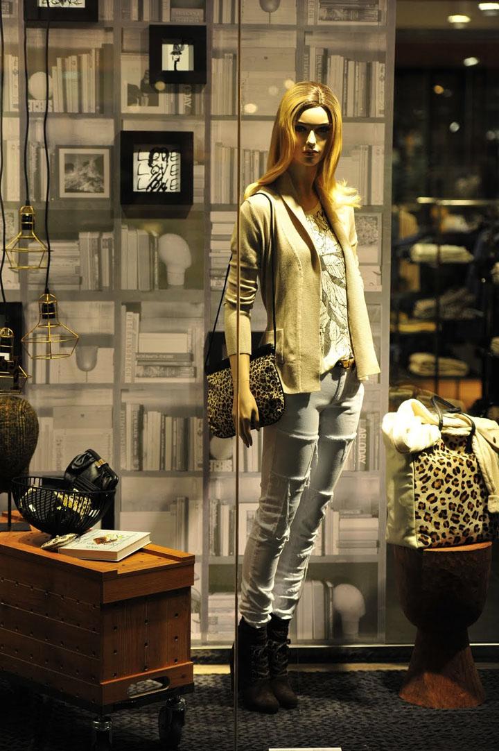 Mango 2011 eaton center window display toronto retail for Mobilia eaton