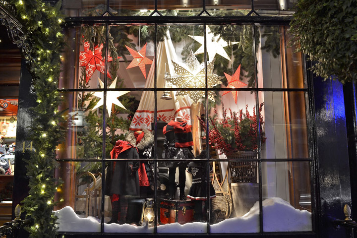 Ralph Lauren has in his shop window the classic Christmas decoration. Since there are large paper stars illuminated in red and white, lots of fir and pine ...