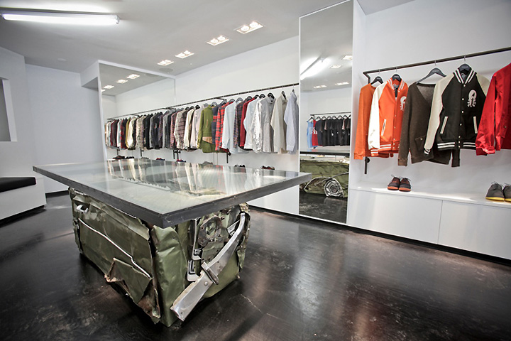 Feltraiger flagship store new york retail design blog for Boutique pret a porter decoration