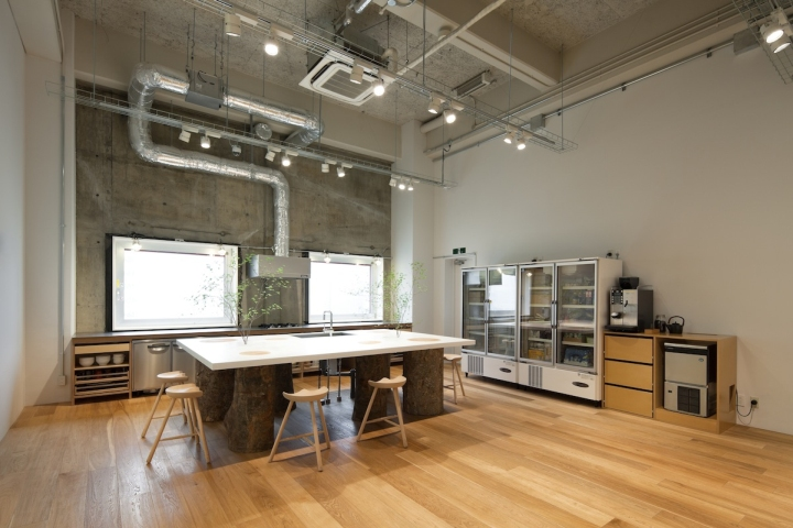 Hue plus photo studio by schemata architects tokyo for Photography studio office design