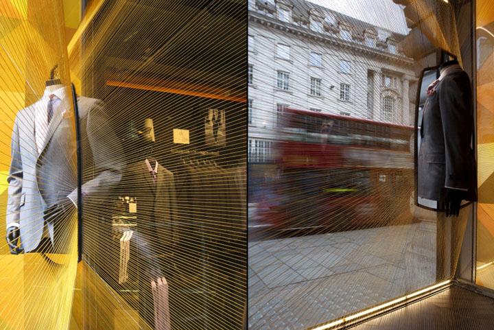 该项目探索的可能性莫斯兄弟商店的橱窗扭曲的深度和角度的看法,从街上看。这是通过使用数百棉字符串缝合窗口空间的边缘,以形成一系列看似浮动的空隙,莫斯兄弟产品的三个主要缕缕显示。棉花字符串的材料表达记得成衣的原料,基于的织机的布和制造过程中的工艺的定制服务。  制作团队:艾玛伍德沃德,利亚姆戴维斯,希尔顿马莱,兹 结构工程师:迈克尔哈迪 的主要制作者:ADI解决方案 材料测试:伦敦城市大学 摄影:Sanvito Agnese的,凯蒂弗罗斯特,格雷格Fonne