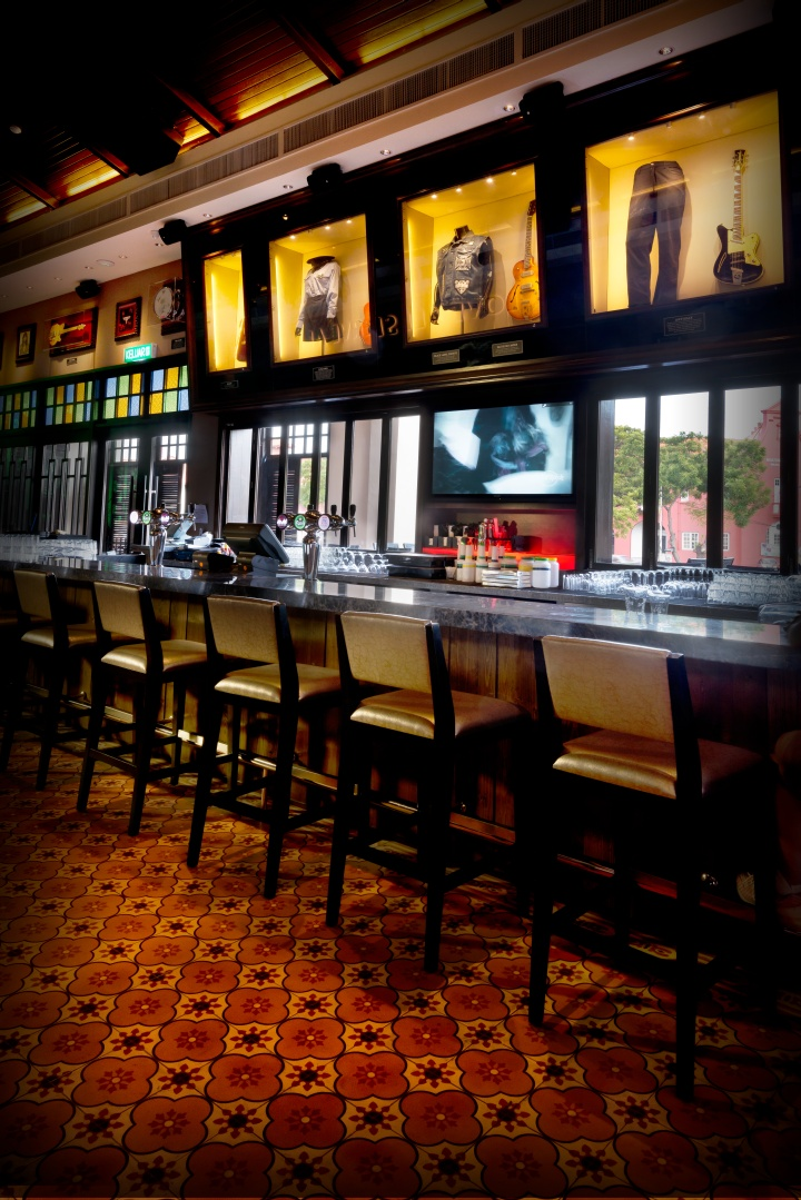 hard rock cafè essay Hard rock cafe has won continued success since it was founded in june 14, 1971 when the rock music was explosive in england hard rock cafe has uniqueness and more importantly it has launched an excellent strategy in operation management.