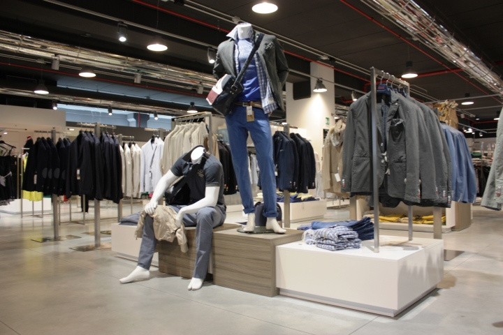 The project was to create a store visible from all points for Mobilia mega store salerno