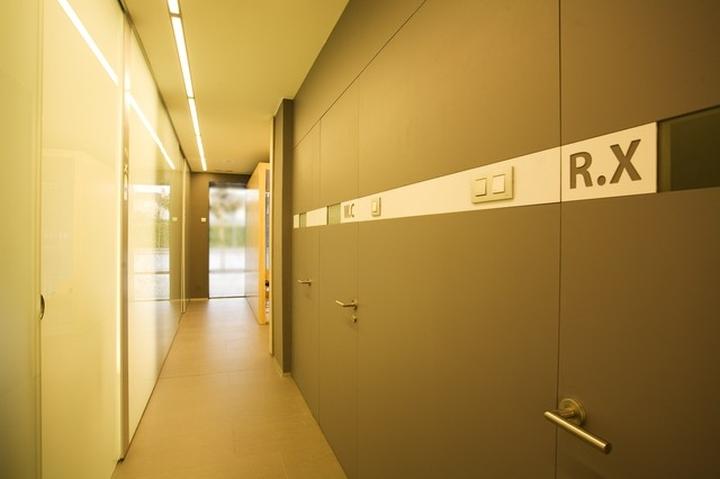 Clinic design dental clinic by maite prats spain - Arquitectura o diseno de interiores ...