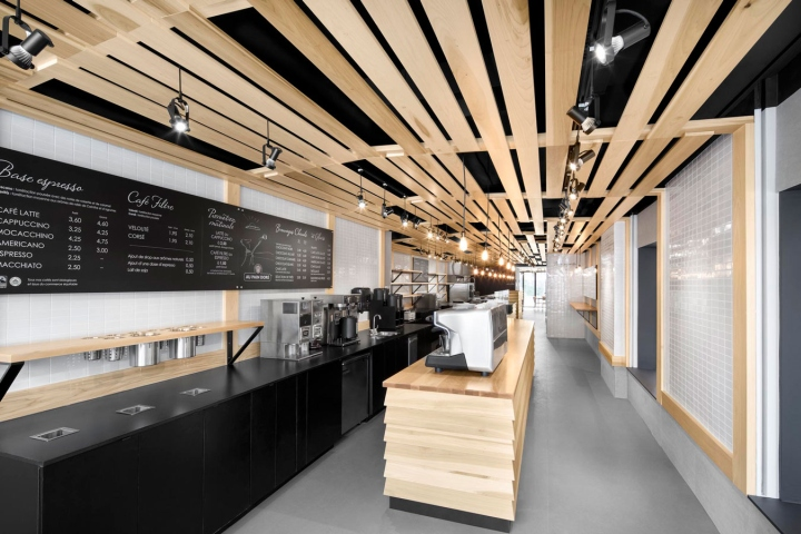 The bakery  Au Pain Doré  , located on the ground floor of a 3 storey  building on Côte-des-Neiges, decided to do some important renovations. 49598658fe4