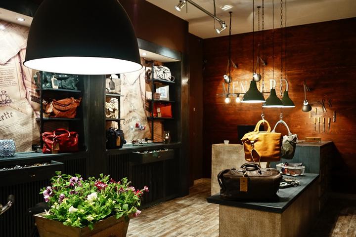 k,所以整个商店室内温暖的灯光,木材纹理和鲜花.