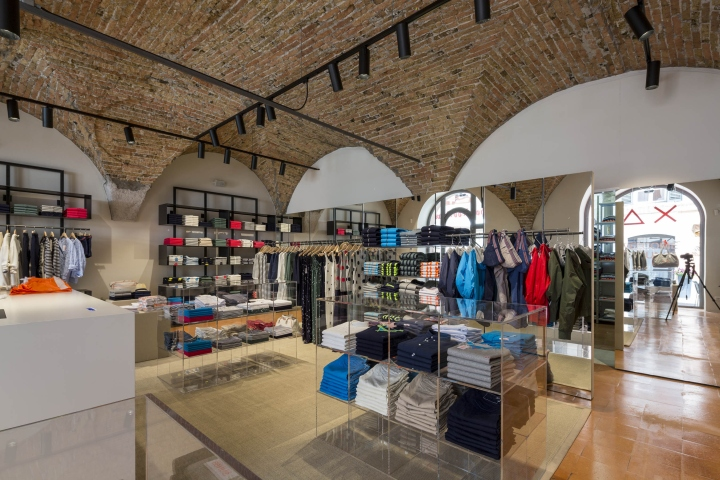 Finest sun stores by cup architetti brescia u italy with for Design interni brescia