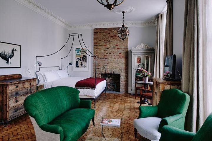 Terciopelo y muebles orientales de estilo vintage.