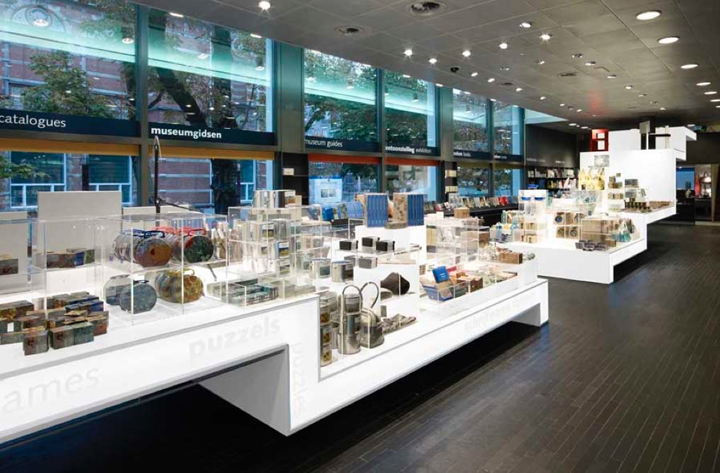 Museum shops van gogh museum shop by day amsterdam for Best museum shops online