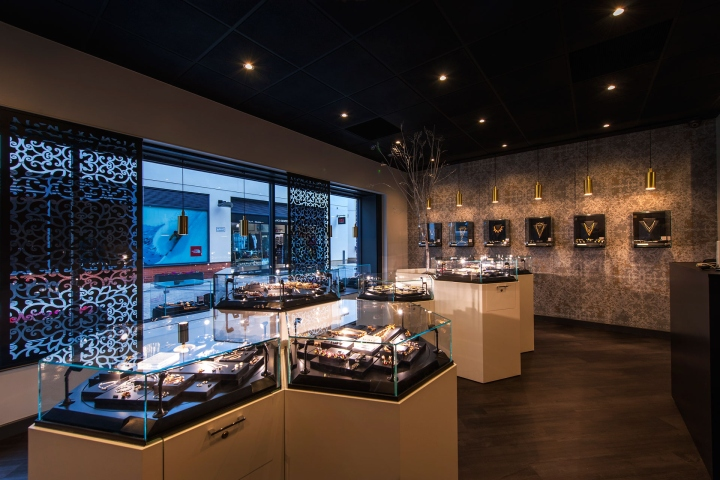 Breaking Down The Barriers Of The Traditional Jewellery Store Format, The  Products Are Presented To Allow Customers To Browse In An Informal Manner.