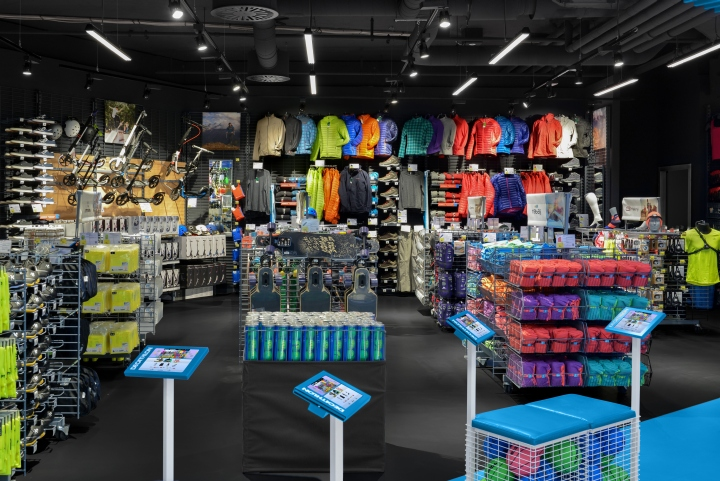 Decathlon connect store by kplus konzept munich germany for Design online shop