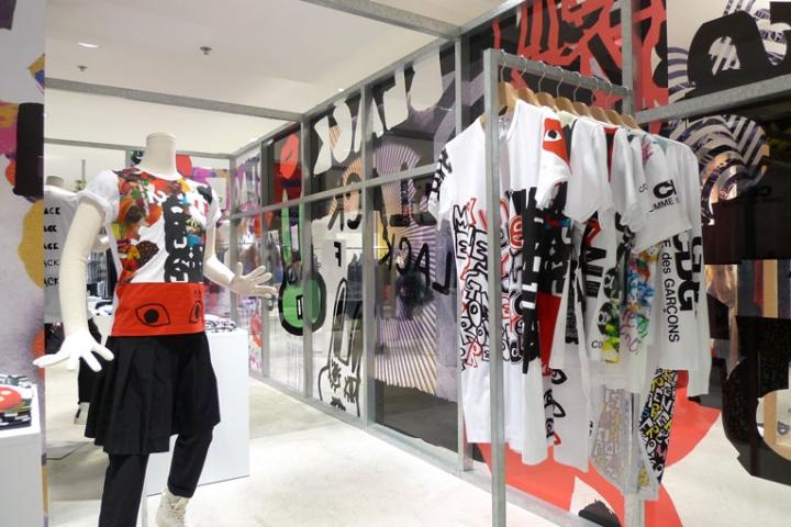 a0b8e450bf32 Comme des Garçons collage installation
