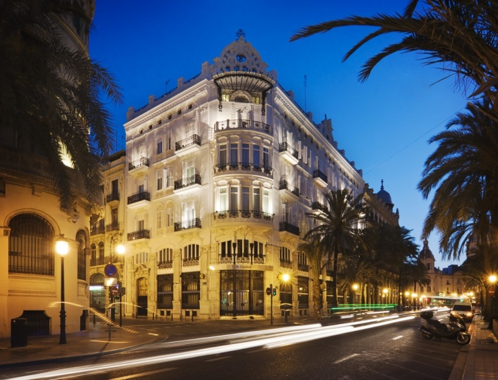 one shot hotel palace reina victoria by alfaro manrique