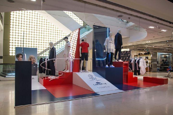 e944d1804c9 http://www.frameweb.com/news/bonsoir-paris-conceptualises-a-patriotic-retail -campaign-for-lacoste-stores
