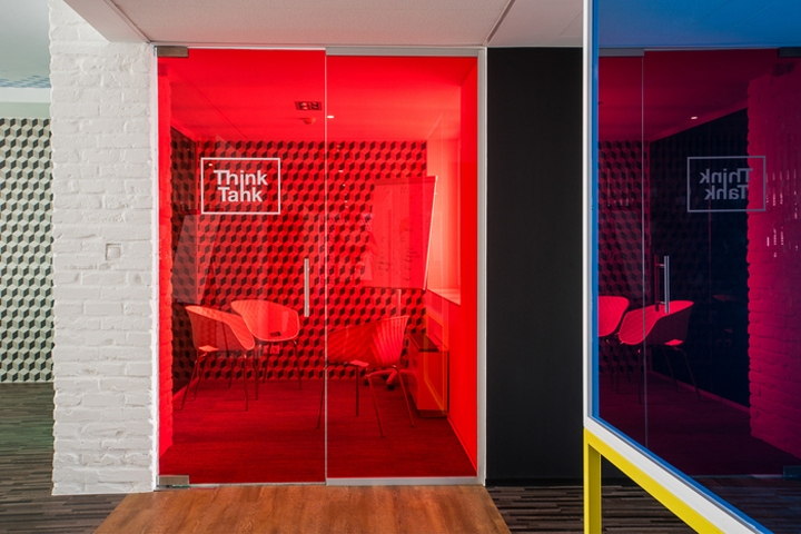 gasparbonta has designed the new offices of software development firm hortonworks located in budapest hungary after designing an office in 2015 for buildinglink offices design republic