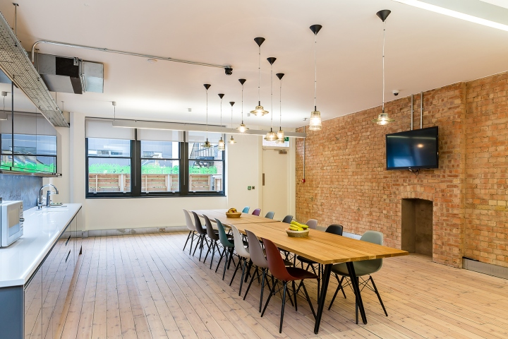 In order to address their previous workplace challenges oktra consulted an acoustic engineer to achieve sufficient acoustic levels in their new workspace