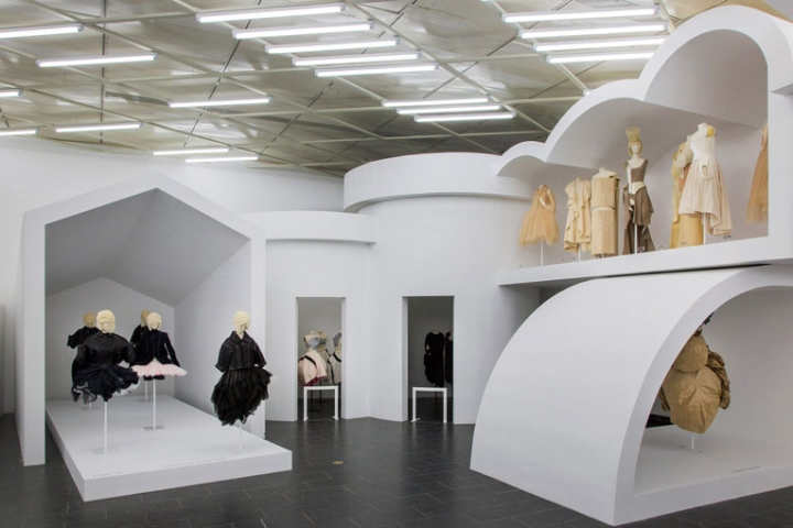 Rei kawakubo comme des gar ons art of the in between for Fashion exhibitions new york