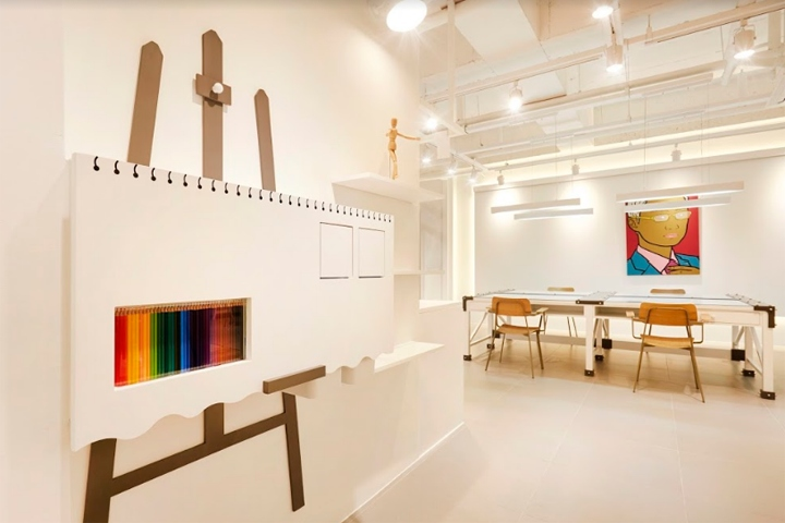 Teacher Hong Art is an atelier space based on the hobby art for adults and  the atelier helps adults to inspire and draw paintings comfortably.