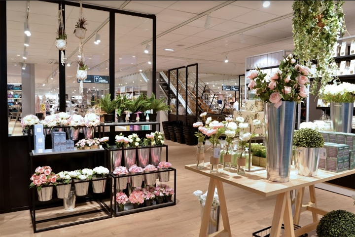 Superbrand has designed the brand new store identity of bouchara by proposing a new customer journey and experience through a spectacular merchandising