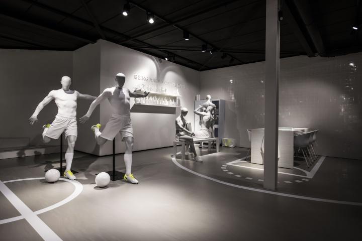 e9e60acdae42 Hans Boodt Mannequins Sport showroom